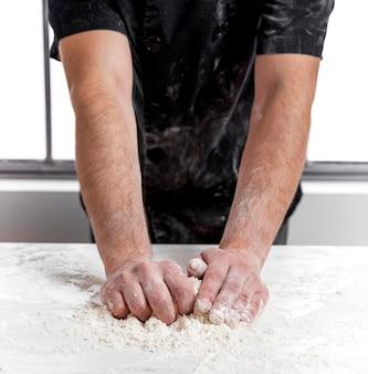 Człowiek robi ciasto do pizzy