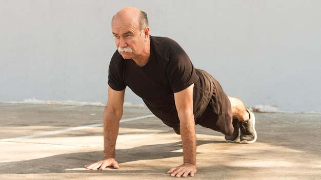 Człowiek robi ćwiczenia fitness push-up