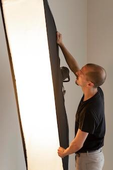 Człowiek robi fotografię produktową
