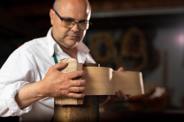 Człowiek robi instrumenty w swoim warsztacie