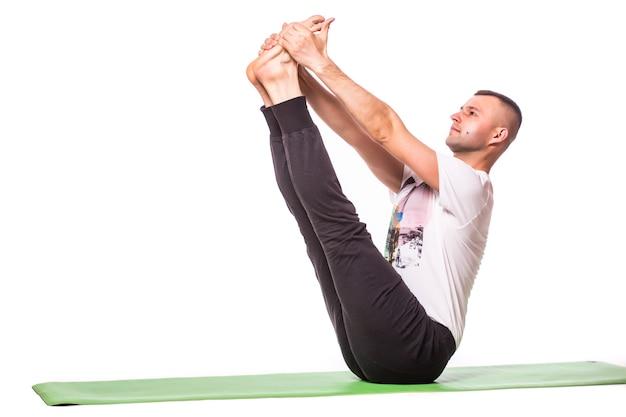 Człowiek robi joga na białym tle nad białym tle