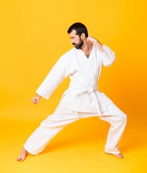 Człowiek robi karate