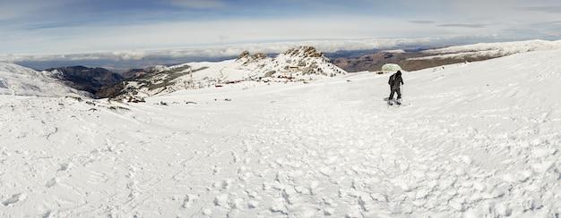 Człowiek robi narciarstwo biegowe w sierra nevada