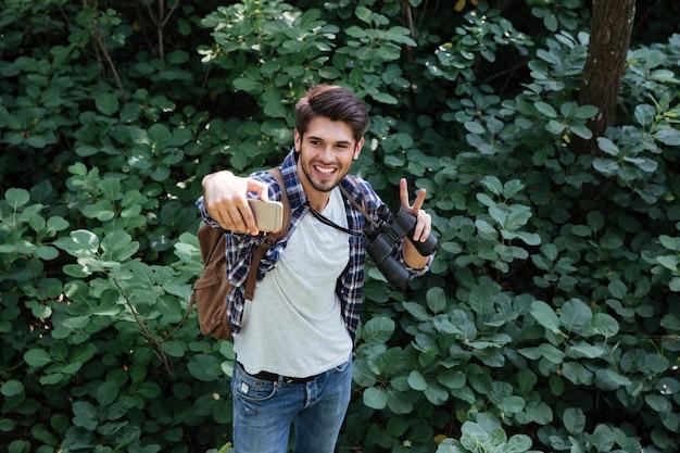 Człowiek robi selfie w lesie