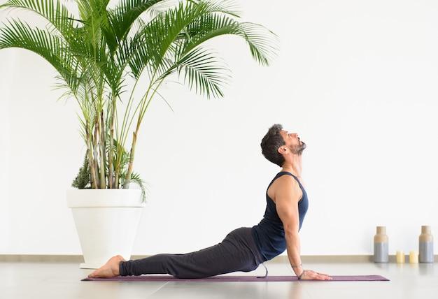 Człowiek robi skierowane w górę psa joga stanowią