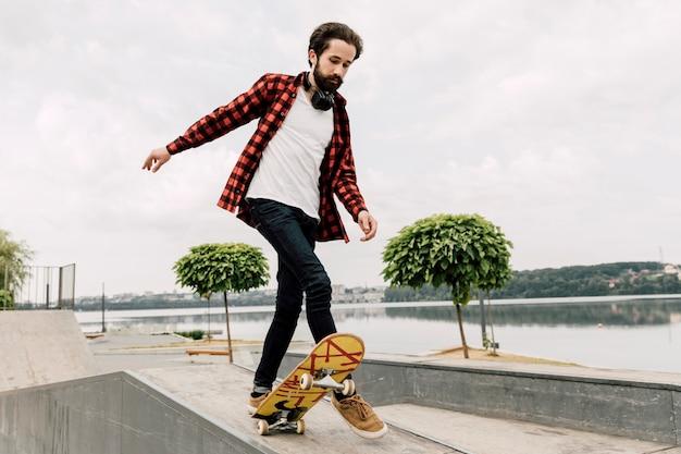 Człowiek robi sztuczki w skate parku