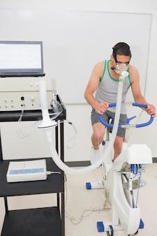 Człowiek robi test fitness na rowerze treningowym