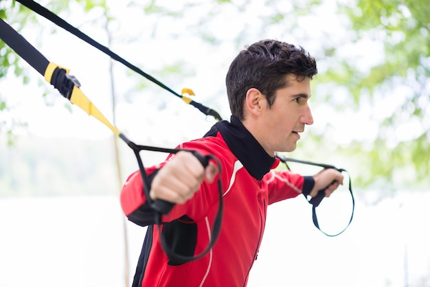 Człowiek robi trening fitness procy na świeżym powietrzu