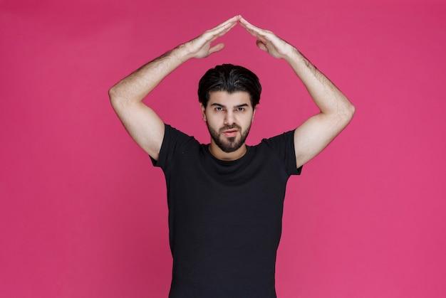 Człowiek robi znaki medytacji rękami