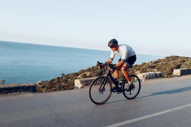 Człowiek rowerzysta pedałowania na zewnątrz rower szosowy
