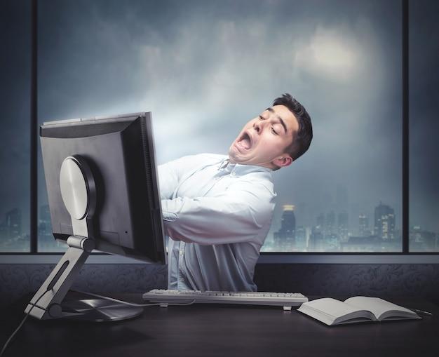 Człowiek rysuje w komputerze
