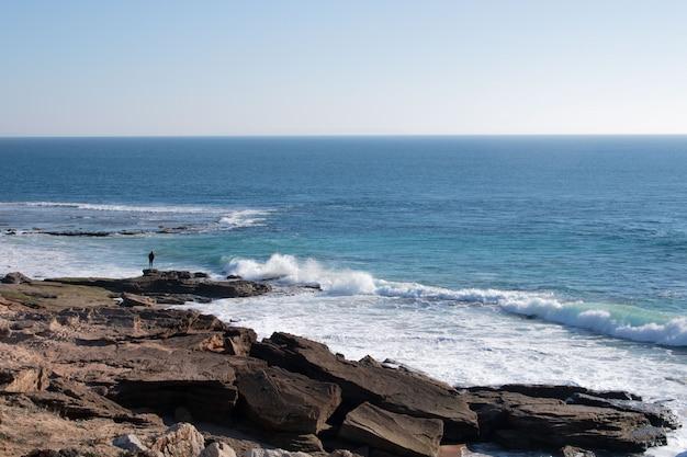 Człowiek samotny patrząc na morze