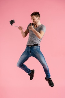 Człowiek skaczący z kijem selfie