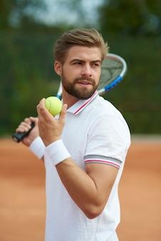 Człowiek skupiony na grze w tenisa