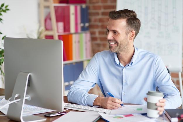 Człowiek skupiony podczas pracy na komputerze