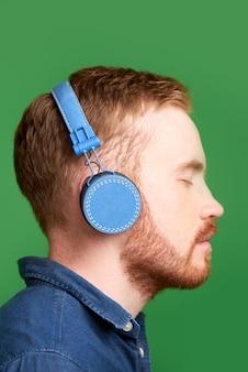 Człowiek słuchając audiobooka