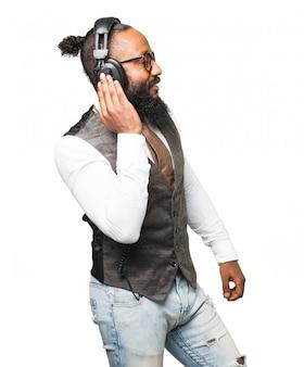 Człowiek słuchając muzyki