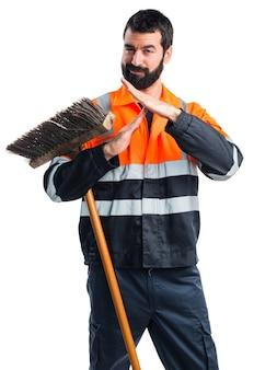 Człowiek śmieci dokonywania czas na zewnątrz gestu