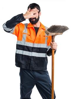 Człowiek śmieci obejmujący jego twarz