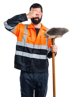 Człowiek śmieci przykrył oczy