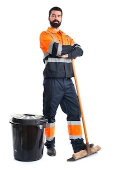 Człowiek śmieci z rękami skrzyżowanymi
