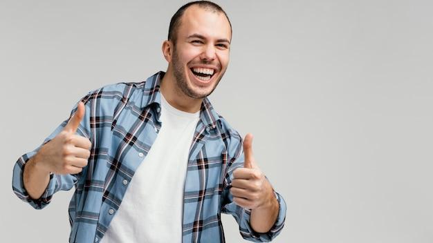 Człowiek śmiejący się i pokazujący znak ok