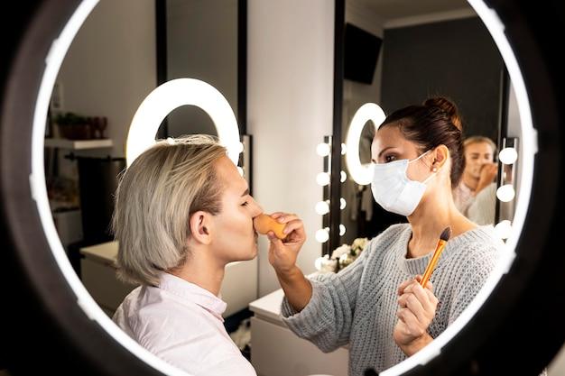 Człowiek sobie makijaż w salonie kosmetycznym