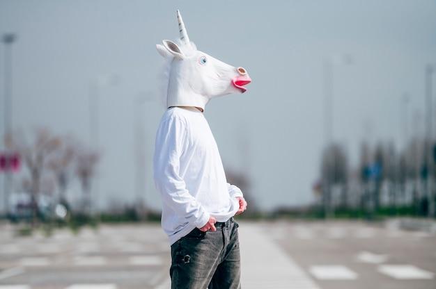 Człowiek sobie maska jednorożca pozowanie