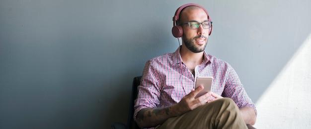 Człowiek sobie słuchawki