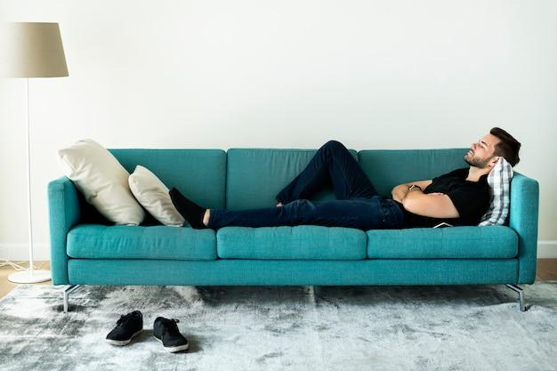 Człowiek śpi na kanapie