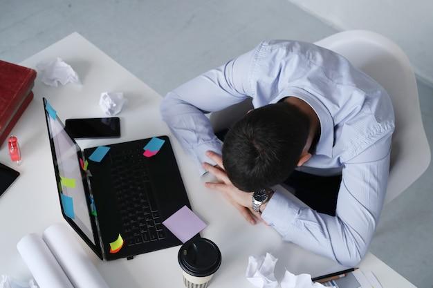 Człowiek śpi w pracy