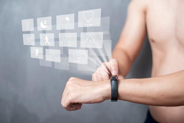 Człowiek sport używa inteligentnego pasma z urządzeniem z wirtualnym ekranem