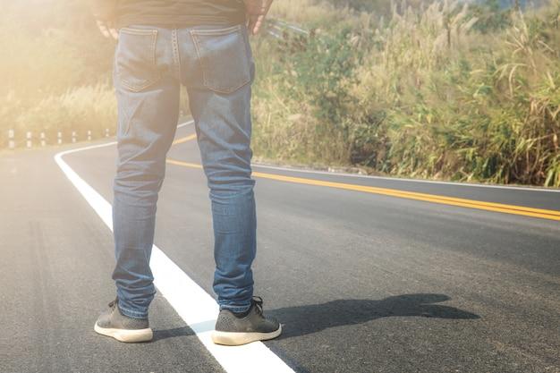 Człowiek stoi na ulicy.