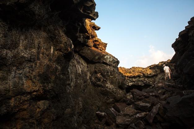 Człowiek stojący na brązowy pasmo górskie