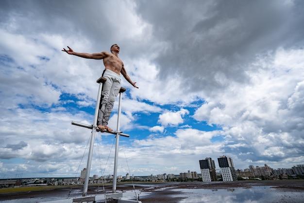 Człowiek stojący na dachu z dramatyczne chmury i pejzaż w tle