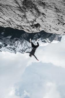 Człowiek stojący na formacji skalnej