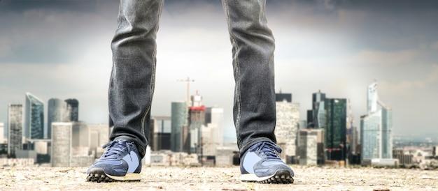 Człowiek stojący na przedmieściach