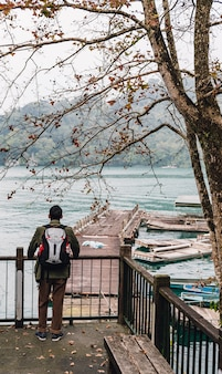 Człowiek stojący turystycznie patrząc na sun moon lake.