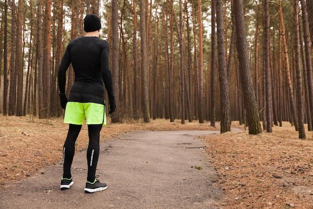 Człowiek stojący w lesie