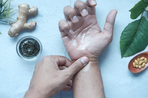 Człowiek stosujący medycyny alternatywnej na bolesną rękę