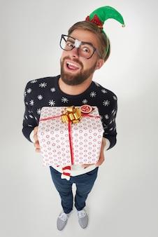 Człowiek szczęśliwy, że może dać ten wielki prezent