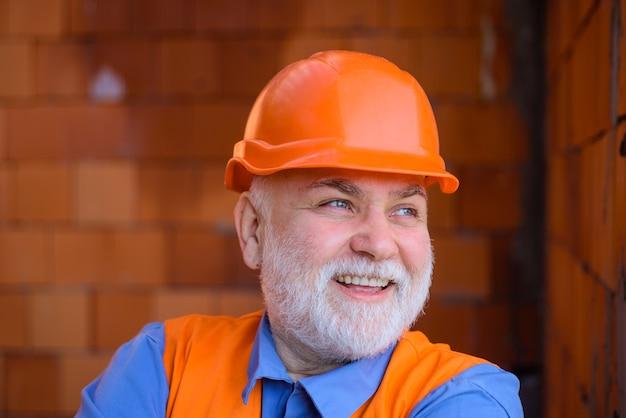 Człowiek technologii budowlanej w garniturze z budowniczym kasku budowlanego w kasku inżynierów