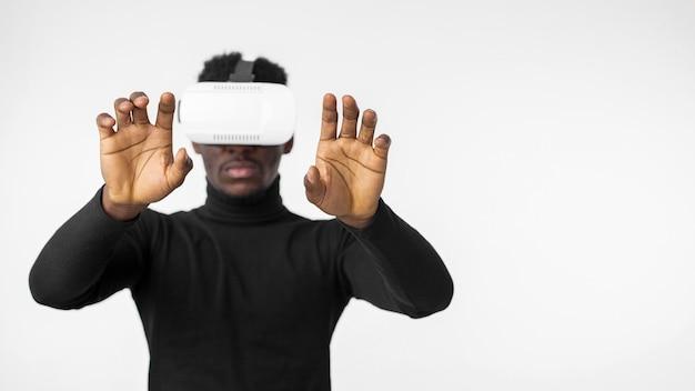Człowiek technologii za pomocą widoku z przodu zestawu słuchawkowego wirtualnej rzeczywistości