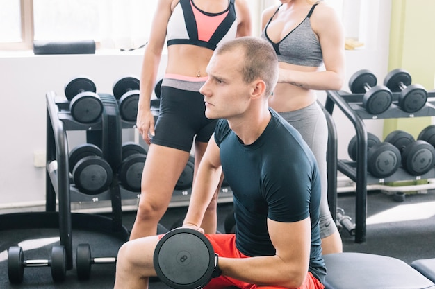 Człowiek tracing z hantle w siłowni