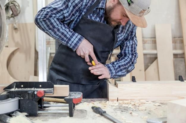 Człowiek traktując produkt drewniany dłutem