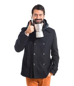 Człowiek trzyma dzbanek do kawy