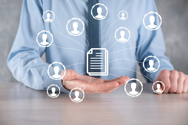 Człowiek trzymać ikonę dokumentu i użytkownika. firmowy system zarządzania danymi dms i koncepcja systemu zarządzania dokumentami. biznesmen kliknij lub opublikuj na dokumencie powiązanym z użytkownikami korporacyjnymi