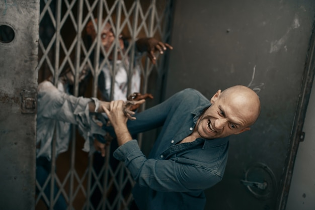 Człowiek ucieka przed armią zombie, apokalipsa