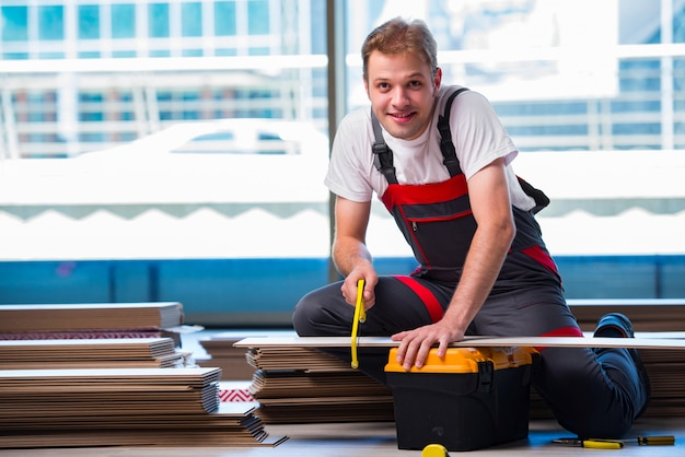 Człowiek układanie podłóg laminowanych w budownictwie