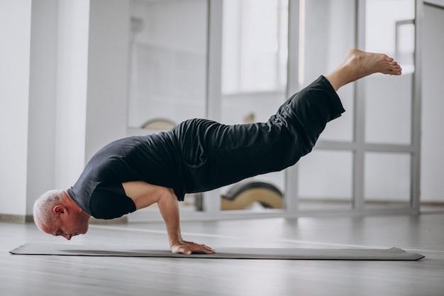 Człowiek uprawiania jogi na siłowni